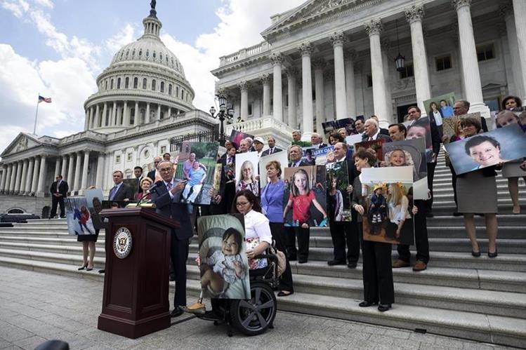 El senador demócrata por Nueva York, Chuck Schumer (en el atril) junto con otros senadores portan fotografías de aquellos pacientes se verían afectados por la reforma en la ley de Sanidad. (Foto Prensa Libre: EFE)