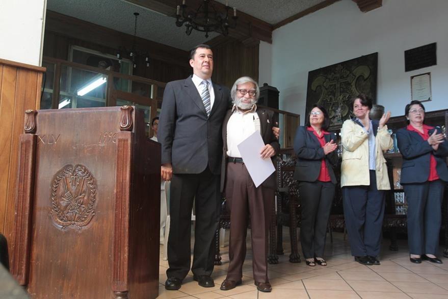 El director del colegio, Édgar Marroquín, felicita a Celso Lara Figueroa. (Foto Prensa Libre: Ángel Elías)