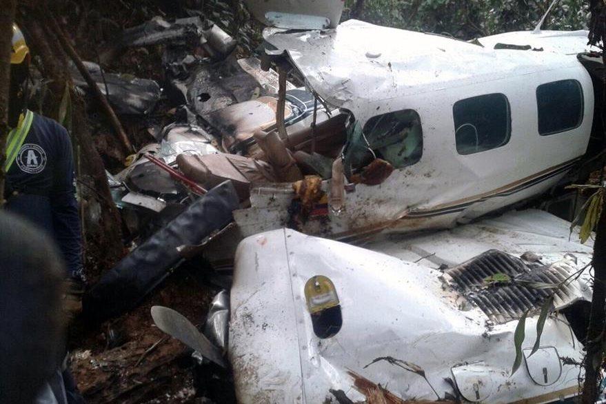 La avioneta donde viajaba la mujer y su bebé quedó totalmente destruida después del impacto. (Foto Prensa Libre: AFP).
