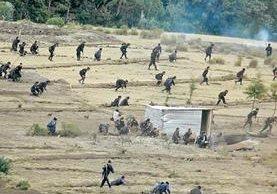 Agentes antidisturbios de la PNC intervinieron en un desalojo de pobladores de Tajumulco que ocuparon una aldea de Ixchiguán en el 2006.