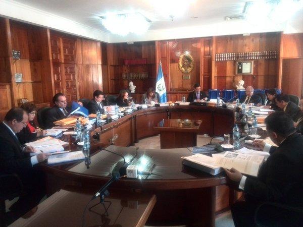 Los 13 magistrados revisan los expedientes de los aspirantes a una magistratura en la CC. (Foto Prensa Libre: Jerson Ramos)