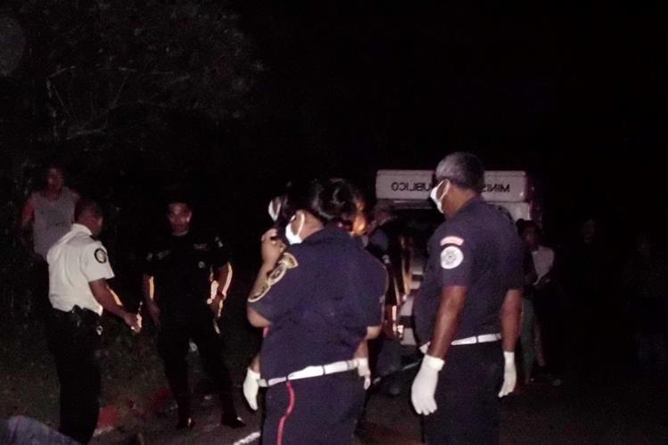 Socorristas resguardan escena del crimen en la que peritos del Ministerio Público recaban evidencias, en Sanarate, El Progreso. (Foto Prensa Libre: Héctor Contreras)