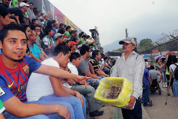 Jorge Figueroa Hernandez vende chocobananos desde hace 35 años. (Foto Prensa Libre: carlos vicente)