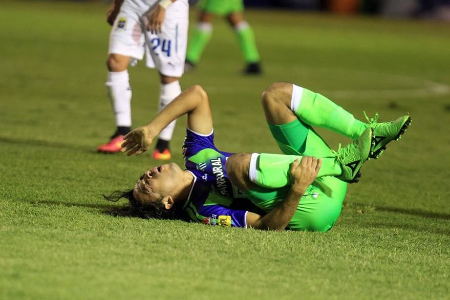 Agustín Herrera se queja después de recibir un fuerte golpe. (Foto Prensa Libre: Carlos Vicente)