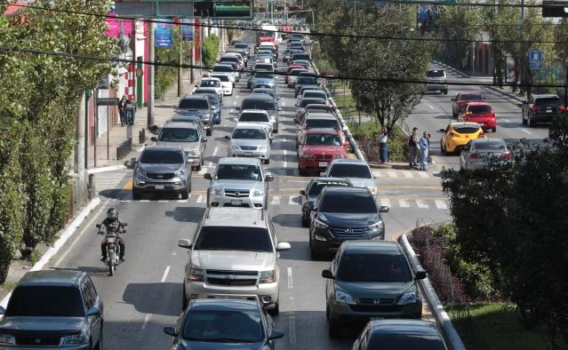 El tránsito vehicular afecta distintos puntos de la zona 10. (Foto Prensa Libre: Hemeroteca PL)
