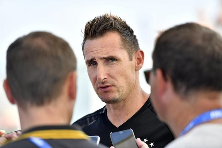 El alemán Miroslave Klose habla con los periodistas antes del entrenamiento de la selección alemana en Sochi. (Foto Prensa Libre: AP)