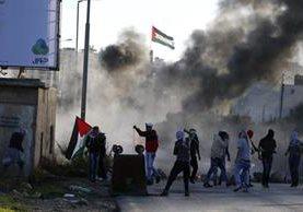 Palestinos lanzan piedras contra las fuerzas de seguridad israelíes. (Foto Prensa Libre: AFP).