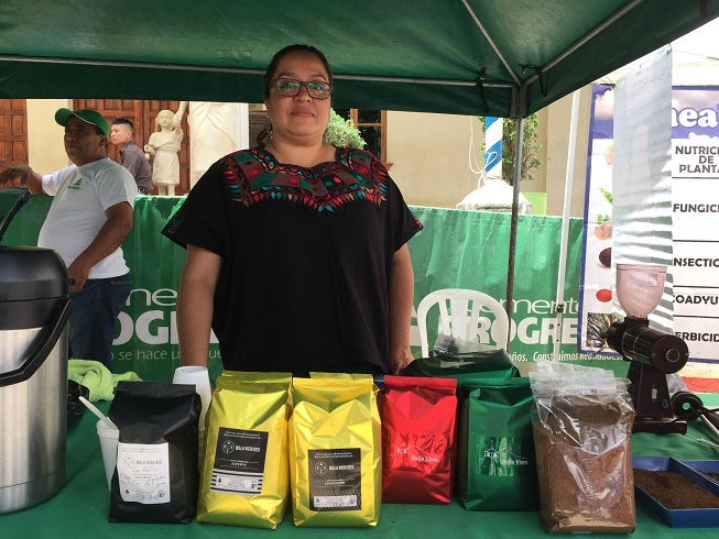 La catadora internacional Dulce Barrera participó del primer festival del café en Santo Domingo Xenacoj. (Foto Prensa Libre: Julio Sicán)