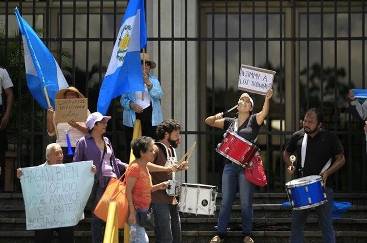 Frente a la Corte Suprema de Justicia se concentra un grupo de personas que piden a los magistrados aprueben los procesos en contra del presidente Jimmy Morales.