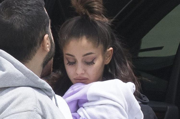 Grande se aferra a una manta y mientras sube al vehículo que la llevará a la casa de un familiar. (Foto Prensa Libre: Cortesía)