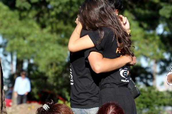 Familiares se despiden de sus seres queridos fallecidos por un incendio en una discoteca, en Brasil.