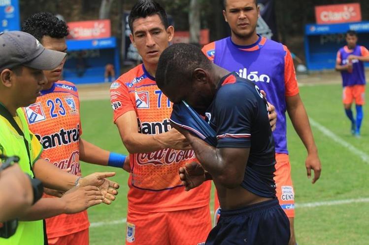 Tyson Núñez vivió un momento dramático por el descenso de la Usac. (Foto Prensa Libre: Carlos Vicente)