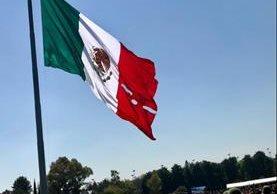 La Bandera de México sufrió daño al momento de ser izada por el presidente, Enrique Peña Nieto. (Foto Twitter/@_CarlosCordero_).