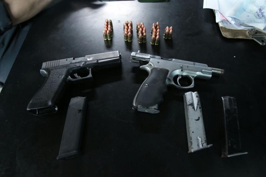 Dos armas de fuego, tres tolvas y varios cartuchos fueron incautados al grupo de adolescentes. (Foto Prensa Libre: Paulo Raquec)