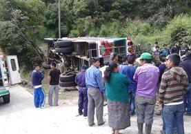 Curiosos permanecen en el lugar donde ocurrió el percance del bus, en Tecpán Guatemala, Chimaltenango. (Foto Prensa Libre: José Rosales)