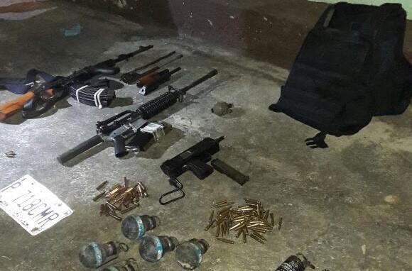 Las armas localizadas en una vivienda de la zona 3 de Cobán, Alta Verapaz, fueron embaladas por fiscales del MP. (Foto Prensa Libre: PNC)