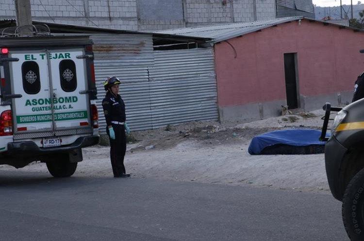 Bomberos Municipales Departamentales dijeron que la muerte del joven fue al instante, cuando recibió los disparos en el cráneo.(Prensa Libre: Víctor Chamalé)