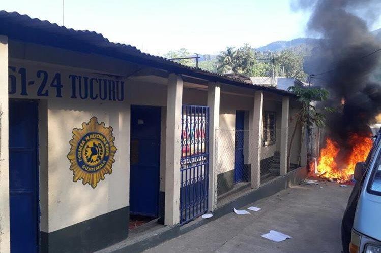 Pobladores inconformes quemaron parte del mobiliario destruido en subestación de Tucurú. (Foto Prensa Libre: Cortesía).