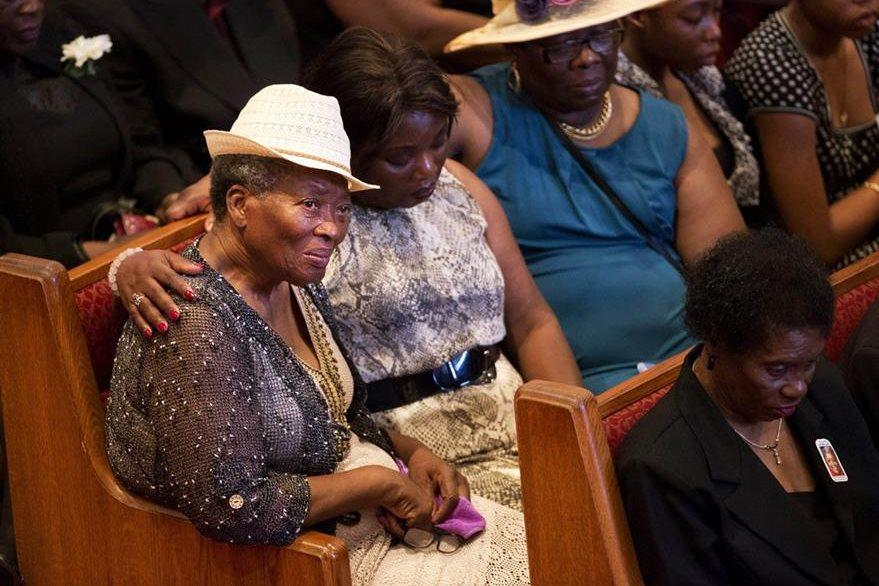 Escenas de dolor y desconsuelo se observaron durante las honras fúnebres. (Foto Prensa Libre: AP).