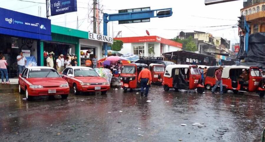 Decenas de mototacistas bloquearon el ingreso a Malacatán, San Marcos. (Foto Prensa Libre: Alexánder Coyoy)
