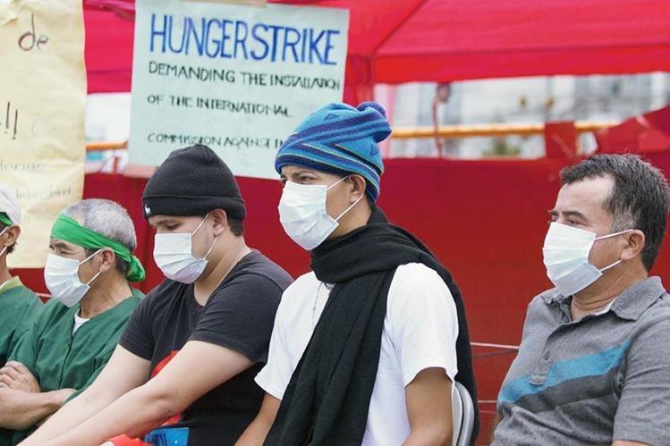 Integrantes del grupo Indignados rechazan mediación de la ONU. (Foto Prensa Libre: EFE).