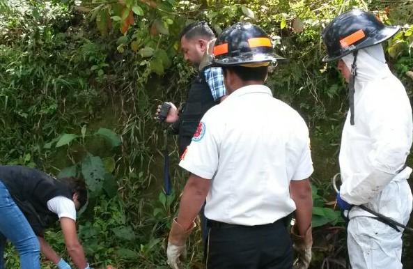 Autoridades trabajan en el lugar donde fue localizado el cadáver de una niña, en Cobán. (Foto Prensa Libre: Eduardo Sam).
