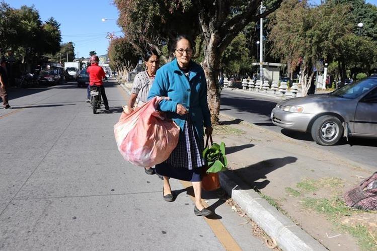Pobladores caminan para llegar a su destino, debido a que la manifestación impedía la circulación de vehículos. (Foto Prensa Libre: Whitmer Barrera).