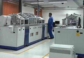 Esta es una de las máquinas que utiliza Easy Marketing para la impresión del DPI y que pasará a ser propiedad del Renap, en el momento en que finalice el contrato con dicha empresa. (Foto: Renap)