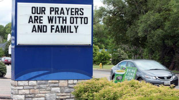 """Empresas locales en Wyoming han expresado su solidaridad. El cartel lee: """"Nuestras oraciones están con Otto y su familia""""."""