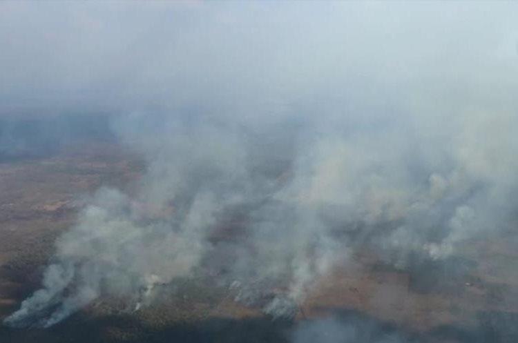 Vista aérea de los incendios que afectan la reserva de la Biósfera Maya. (Foto Prensa Libre: Rigoberto Escobar)