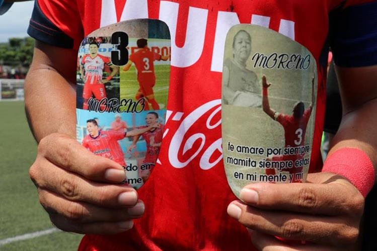 Manuel Moreno muestra sus espinilleras con la dedicatoria a su señora madre fallecida hace seis meses. (Foto Prensa Libre: Raúl Juárez)