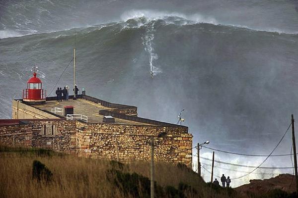 <p>Garrett McNamara rompe su propio récord al surfear sobre ola de 30 metros. (Foto Prensa Libre: EFE)<br></p>