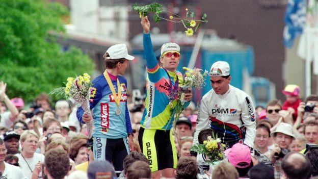 El ciclista Nate Reiss celebra su victoria en una etapa del Tour de Trump en 1989.