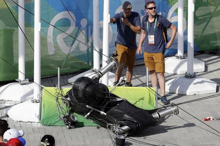 Así quedó la cámara después de caer al suelo. (Foto Prensa Libre: AP)