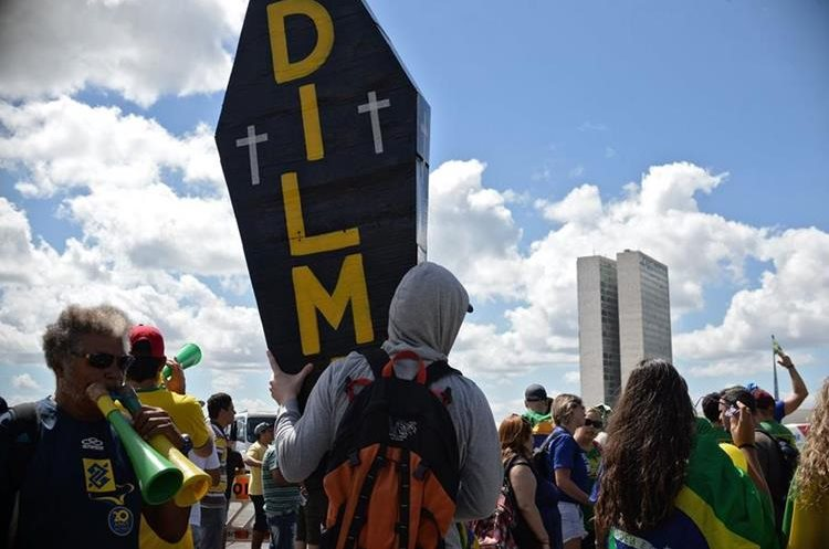 Activists supporting the impeachment of Brazilian President Dilma Rousseff demonstrate in front of the National Congress in Brasilia, on April 17, 2016.  Rousseff risks being driven from office if the lower house votes in favor of an impeachment trial Sunday. / AFP PHOTO / ANDRESSA ANHOLETE