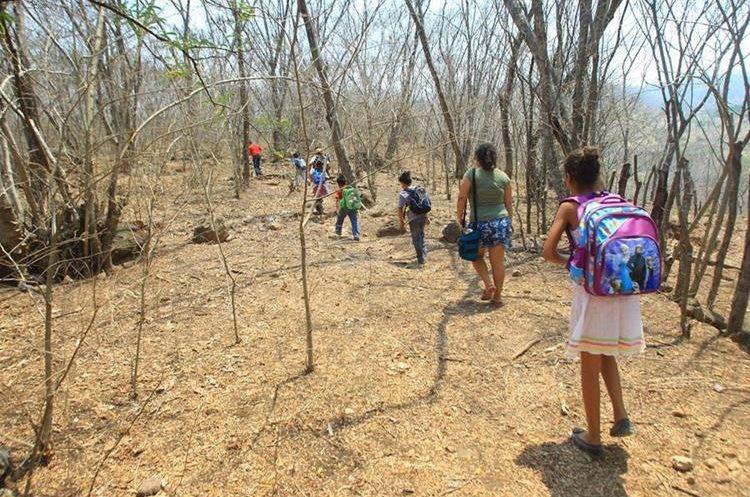 La escuela que está por ser inaugurada en Pixcayá ayudará los niños que deben caminar largas distancias. (Foto Prensa Libre: Álvaro Interiano)