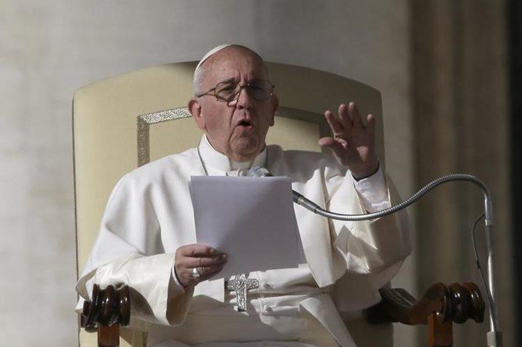El papa Francisco ofrece un discurso a fieles católicos durante una misa. (Foto Prensa Libre: EFE).