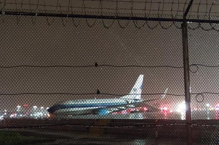 El avión que transportaba al republicano Mike Pence en la pista del aeropuerto de La Guardia, Nueva York. (Foto Prensa Libre: AFP).