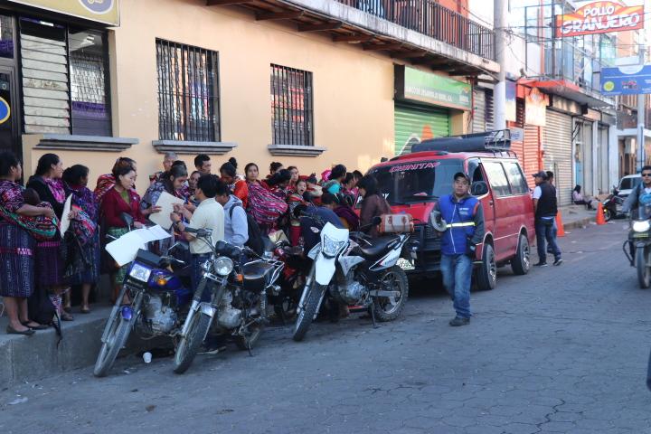 Decenas de usuarios hacen fila para abordar un microbus en en Santa Cruz del Quiché. (Foto Prensa Libre: Héctor Cordero)