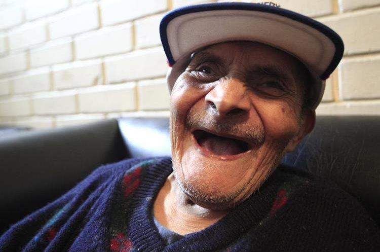 Eduvijes tiene 100 años y siempre trabajó en la agricultura.(Foto Prensa Libre: Carlos Ovalle.)