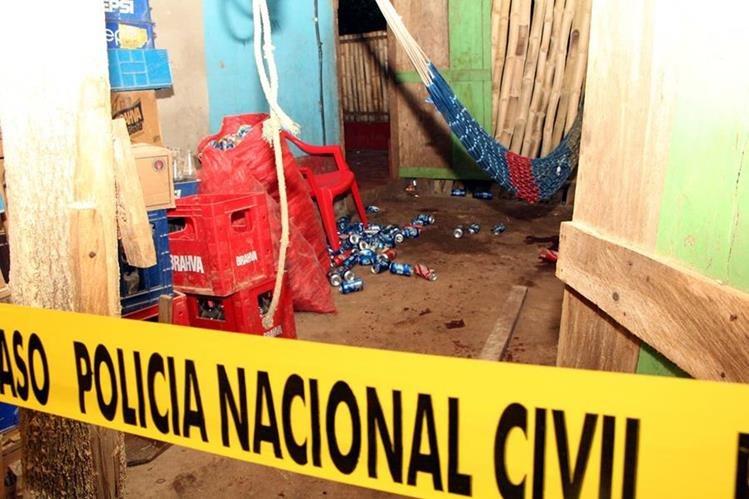 Varias bebidas alcohólicas quedaron en la escena del crimen. (Foto Prensa Libre: Rolando Miranda)