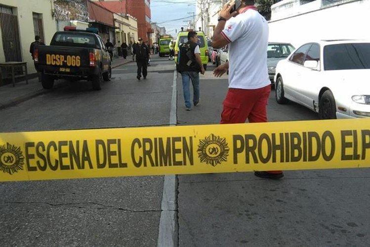 Un ataque armado frente a Unaerc dejó el saldo de cinco muertos y cuatro heridos. El área del ataque fue acordonada. (Foto Prensa Libre: Érick Ávila)