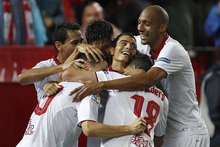 Los jugadores del Sevilla celebran el segundo gol del equipo frente al Celta de Vigo. (Foto Prensa Libre: EFE)