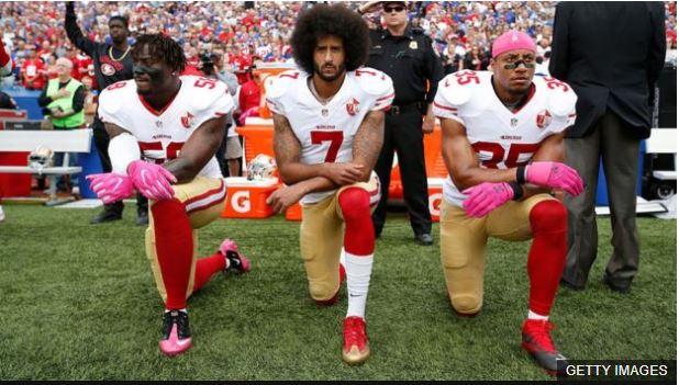 Colin Kaepernick (centro) inició la protesta durante la pretemporada de los 49ers de San Francisco.