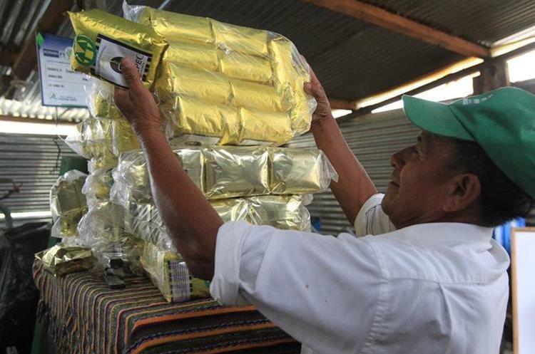 Un integrante de la cooperativa Ciacafé presenta los tipos de café que cultivan. (Foto Prensa Libre: Estuardo Paredes)