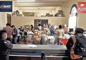 La aduana social o Departamento de Fardos Postales recibe durante las fiestas de fin de año miles de kilos de encomiendas de todo tipo.