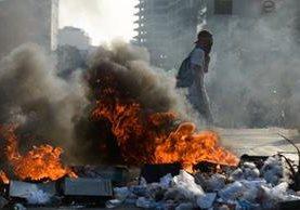 Manifestantes chocan con la Policía, en Caracas. (Foto Prensa Libre: AFP)