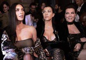 Kim Kardashian, Kourtney Kardashian and Kris Jenner observan desfile durante la semana de la moda en París. (Foto Prensa Libre: AFP)