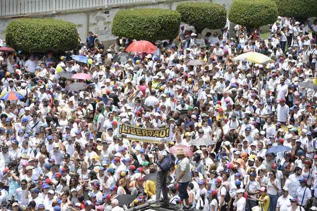 Miles de venezolanos marchan contra la policía. (Foto Prensa Libre: EFE)