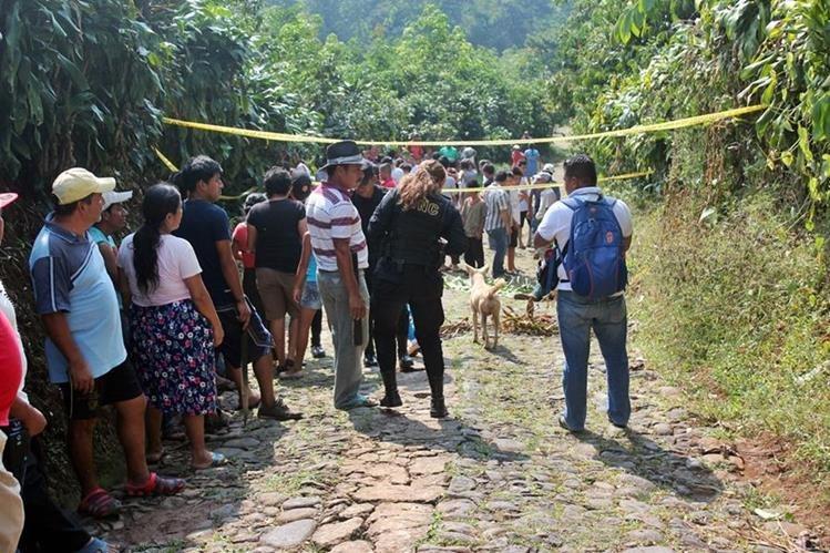 Autoridades recogen evidencia donde fue hallado el cadáver. (Foto Prensa Libre: Alexander Coyoy)